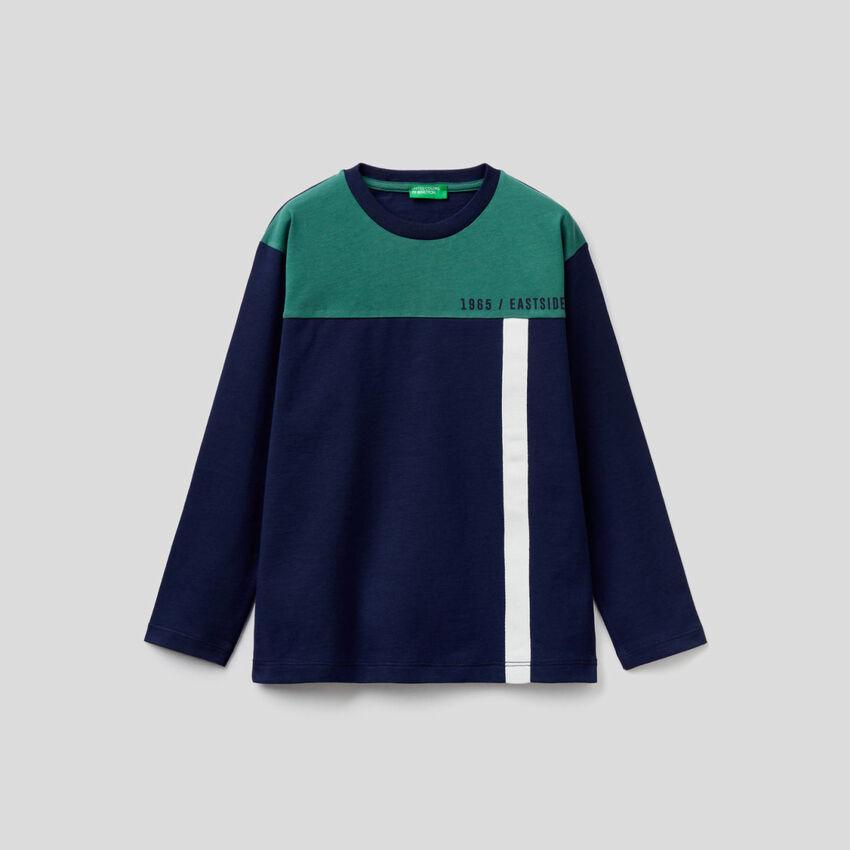 Dunkelblaues T-Shirt mit Farbblock