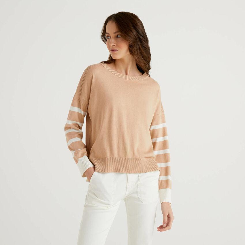 Beiger Pullover mit Schlitz am Rücken