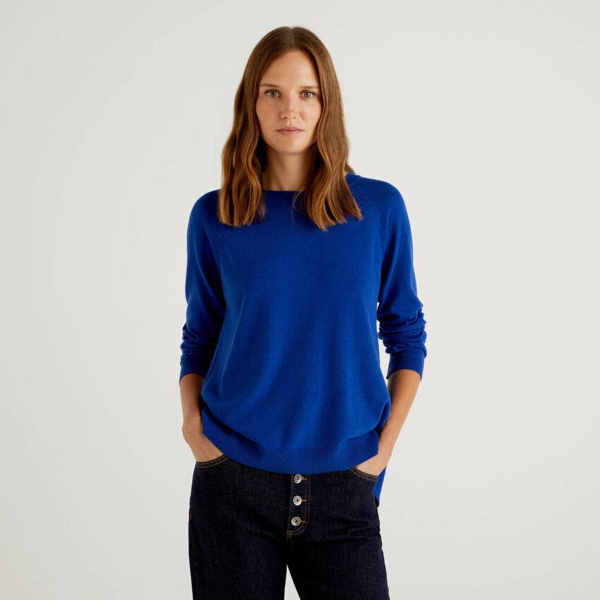 Bluettefarbener Pullover mit Falte am Rücken
