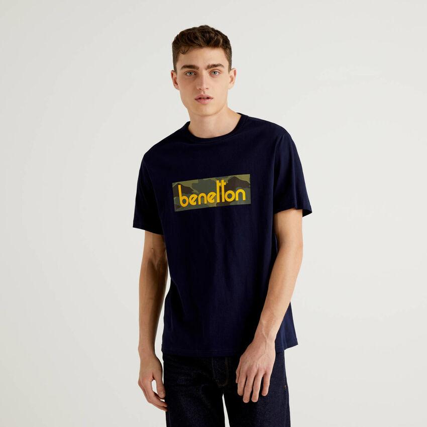 Dunkelblaues T-Shirt mit aufgedrucktem Logo
