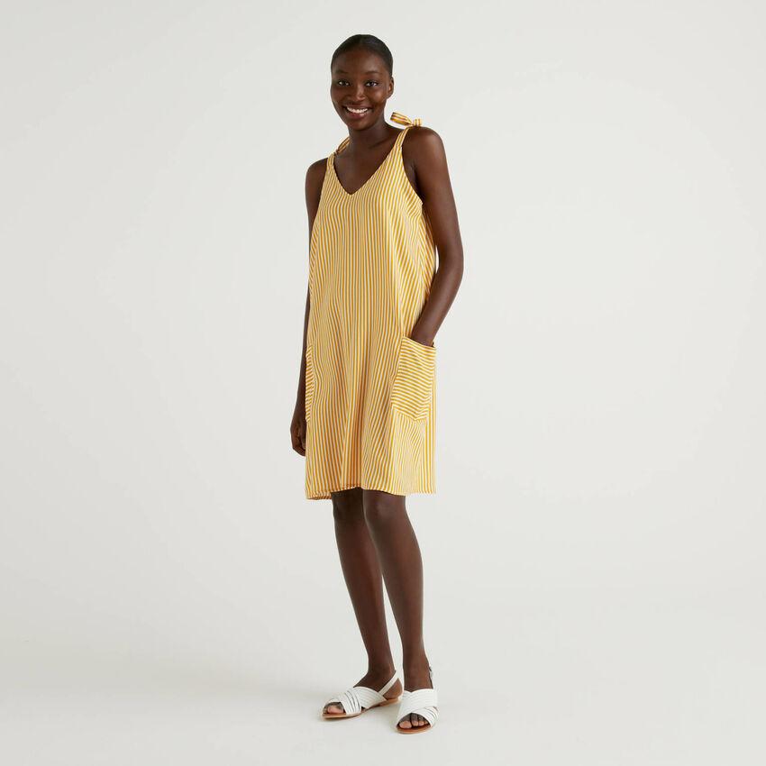 Gestreiftes Kleid mit Trägern